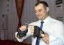 Казахстанский рекордсмен Гиннеса завязывал в узлы гвозди на форуме в СКО