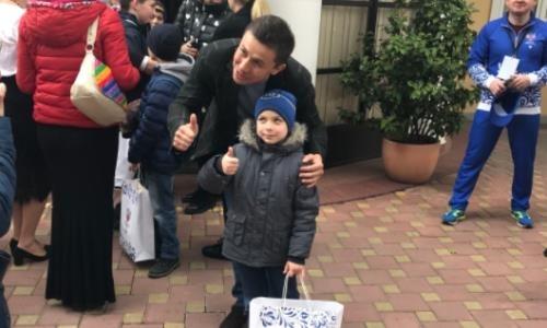 Головкин вместе с легендой бокса посетил детский дом в Сочи