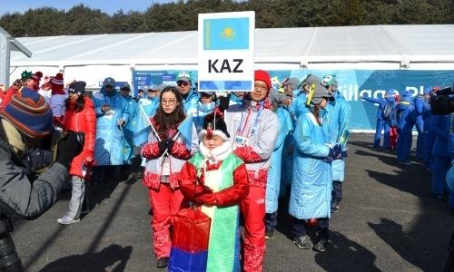 Государственный флаг Казахстана в олимпийской деревне в Пхёнчхане