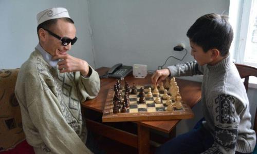 Потерявший зрение сельчанин из Алматинской области выступает на шахматных турнирах