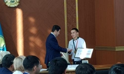 Золотому призеру Азиады-2018 аким Карагандинской области вручил ключи от квартиры
