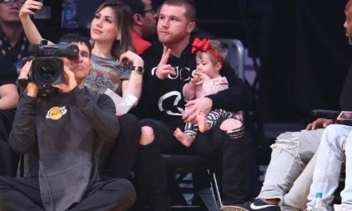 «Канело» после победы над Головкиным впервые появился на публике с дочкой