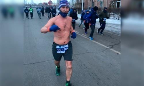 Участник зимнего марафона в шортах удивил астанчан
