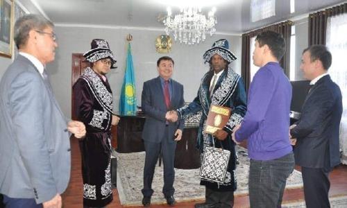 27-кратный чемпион мира по армрестлингу встретился с казахстанскими спортсменами