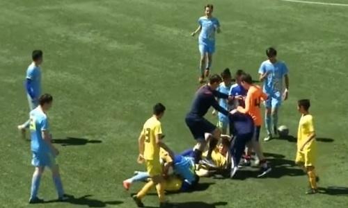 Юные футболисты «Астаны» и «Семея» устроили жесткий махач на поле. Видео драки