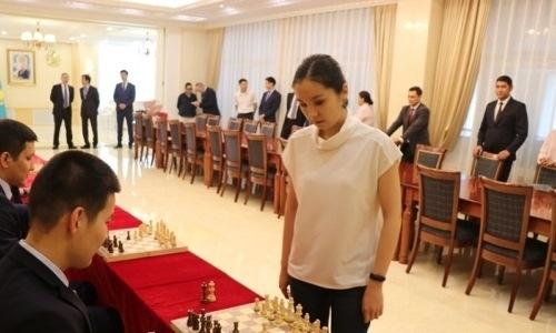 Динара Садуакасова дала сеанс одновременной игры в шахматы в Пекине