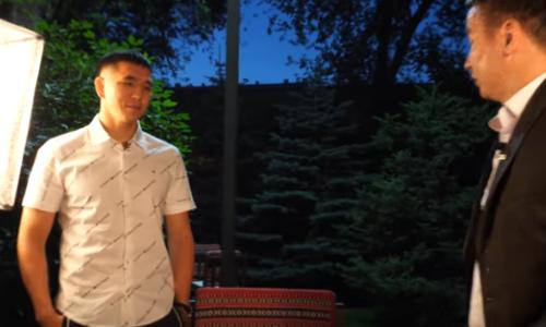 Журналист «договорился» иполучил стакан воды влицо отнепобежденного казахстанца