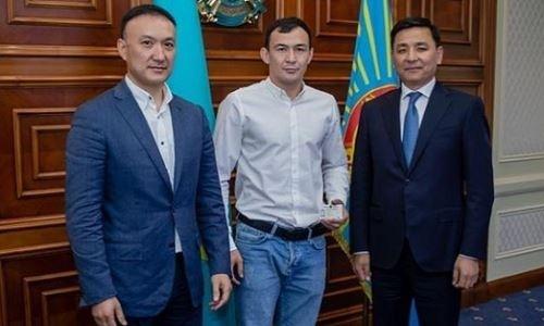 Казахский боец UFC встретился с акимом Нур-Султана
