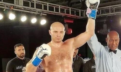 Казахстанский супертяж Иван Дычко нокаутировал американца во втором раунде