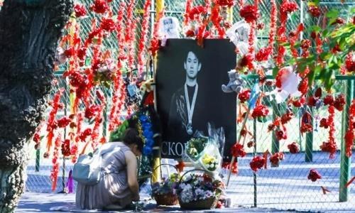 Алматинцы несут цветы к мемориалу Дениса Тена