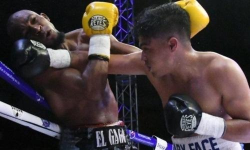 «Такое впервые». Рефери сам показал видео двойного нокдауна непобежденных нокаутеров в бою за титул WBA