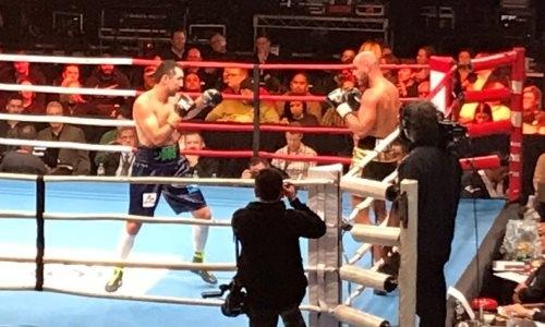 Непобежденный казахстанский боксер уверенно побил соперника и защитил три титула