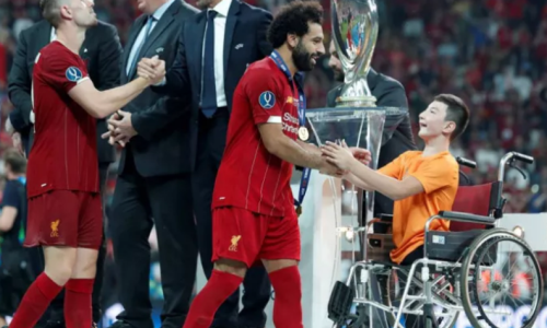 Казахстанский «Ник Вуйчич» наградил «Ливерпуль» и получил Суперкубок УЕФА от капитана. Видео