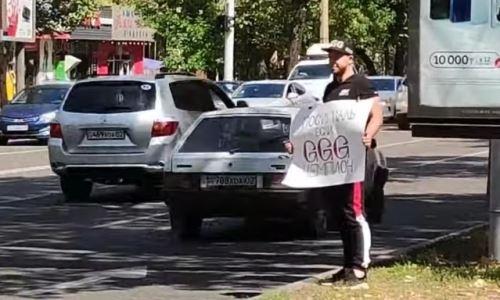 «Посигналь, если Головкин чемпион». Необычный флешмоб в честь GGG провели в Алматы. Видео