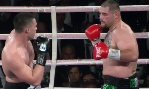 Бой супертяжей завершился нокаутом небитого боксера с 13 победами. Видео