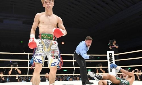 Рекордсмена мирового бокса отправили в нокдаун, но он встал и нокаутировал «Бомбу»