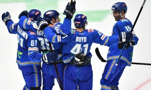 «Вбрасывали — и бежали топтать». Показанный «Барысом» против «Амура» хоккей считают крутым. Почему?