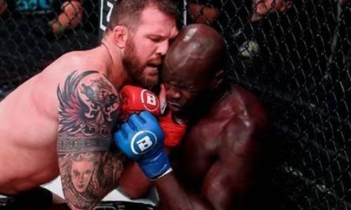 Нокаутировавший за 35 секунд Емельяненко американец воткнул палец в глаз сопернику и сорвал титульный бой. Видео