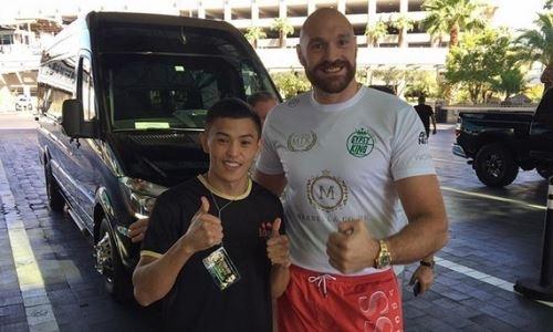 Небитый казахстанский боксер встретился с Тайсоном Фьюри и президентом WBC