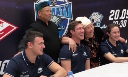 Хоккеистов «Барыса» расцеловали в Алматы. В Сеть попало милое видео