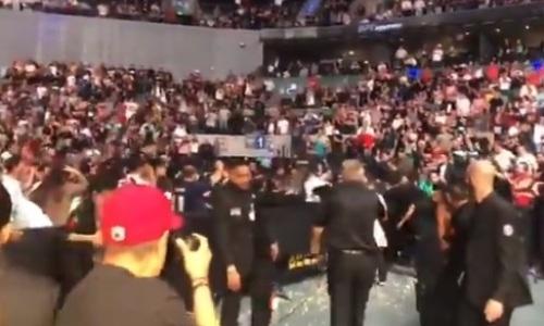 Взбесившиеся фанаты забросали звезду UFC стаканами с пивом и попкорном. Видео