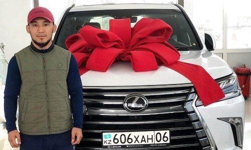 Казахстанскому бойцу ММА сделали шикарный подарок после победы на глазах Нурмагомедова