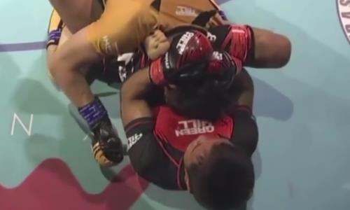 Казахстанский боец ММА задушил соперника уникальным приемом до потери сознания. Видео