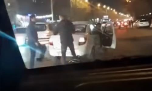 «Так рождаются легенды UFC». Видео драки на дороге в Алматы рассмешило Казнет