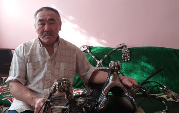 «Кавказские джигиты остались довольны». Хабибу Нурмагомедову сделали подарок от казахстанского мастера