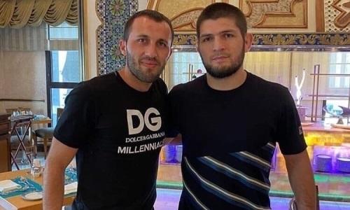 Футболист сборной Казахстана встретился с Хабибом Нурмагамедовым