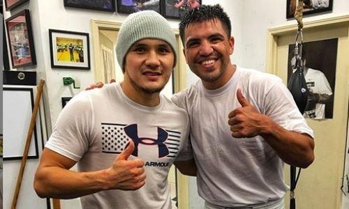 Небитый казахстанский боксер провел спарринг с экс-чемпионом мира