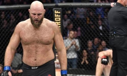 Файтер UFC с 36 победами выиграл впервые за четыре года. Видео нокаута за 3 секунды до конца раунда