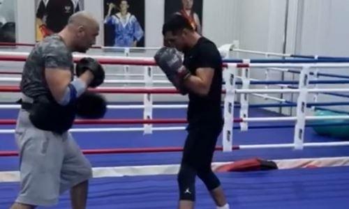 Чемпион WBO, WBA и WBC из Казахстана показал видео с тренировки в Москве