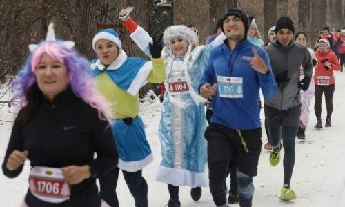Тысячи казахстанцев в карнавальных костюмах пробежали алматинский марафон