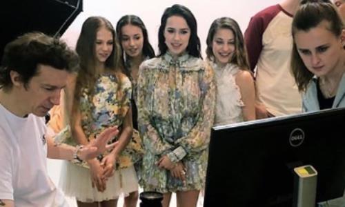 Российские ученицы тренера Турсынбаевой вместе позировали в эффектных нарядах. Видео