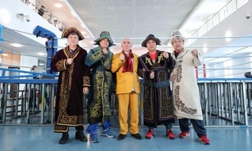 Ветеран казахстанского бокса подарил чапаны иностранным тренерам на УТС