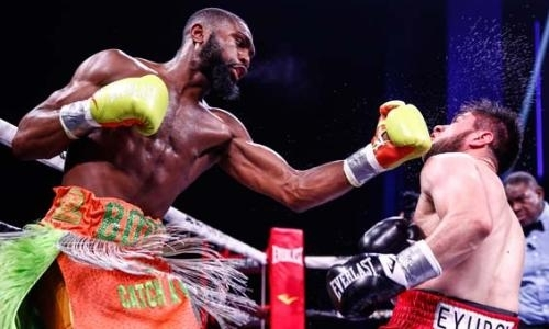 Непобежденный американец хитрым способом нокаутировал казахстанского боксера