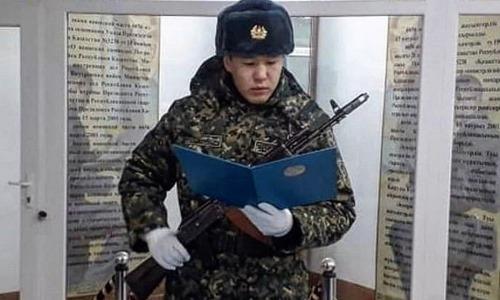 Чемпион мира по боксу из Казахстана ушел в армию и принял присягу