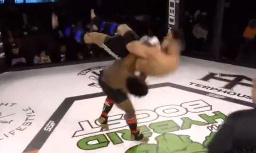 До потери сознания. Боец MMA жестоким приёмом воткнул соперника головой в настил. Видео зверского нокаута за 18 секунд