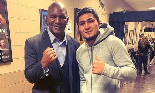 Непобежденный казахстанский боксер с титулом WBC встретился с легендарным Холифилдом