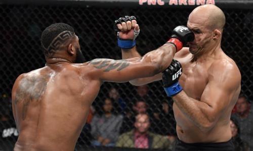 Экс-чемпиона UFC в тяжелом весе забили страшными ударами в главном бою вечера. Видео нокаута