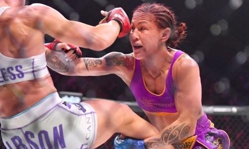Сравниваемая с Головкиным экс-чемпионка UFC нокаутом выиграла новый титул. Видео