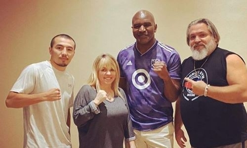 Обещавший шокировать мир казахстанский боксер встретился с Холифилдом и обсудил планы