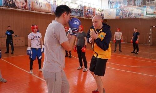 Казахстанский супертяж провел мастер-класс для полицейских
