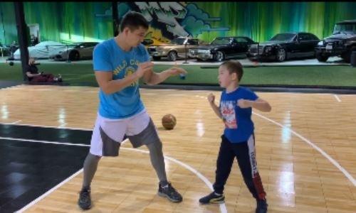 Непобежденный чемпион WBC из Казахстана провел тренировку с сыном. Видео