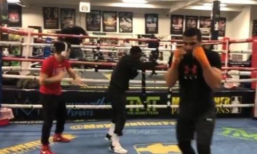Боксеры из Казахстана начали тренировки в зале Мэйвезера. Видео