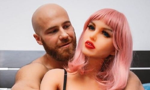 Бодибилдер из Казахстана отменил свадьбу с силиконовой куклой из-за карантина