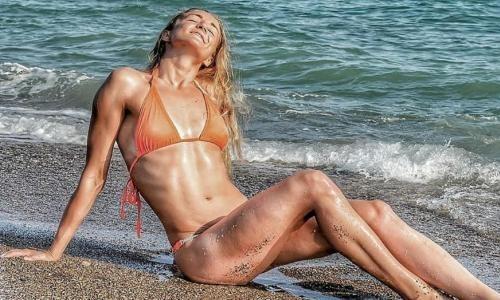 «Как безногая ящерица». Слепая пловчиха из Казахстана рвет шаблоны в Германии и поражает своей красотой и сексуальностью