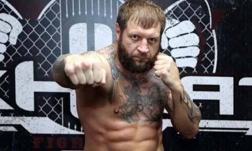 Александр Емельяненко ответил сопернику и показал взрывную скорость рук. Видео