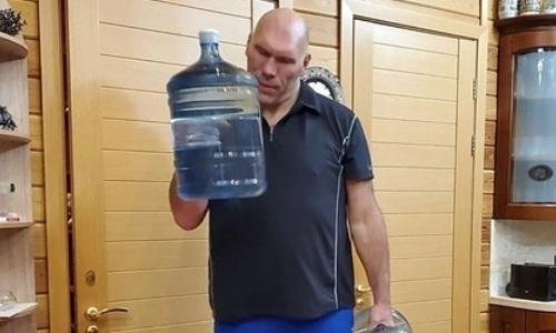 Николай Валуев блеснул выдумкой и придумал новый способ заниматься спортом дома. Фото
